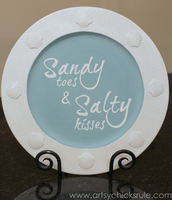 """Make this simple """"sandy toes and salty kisses"""" sign with paint and chalk ink pens! artsychicksrule.com #chalkart #sandytoes #saltykisses #beachsigns #coastaldecor"""