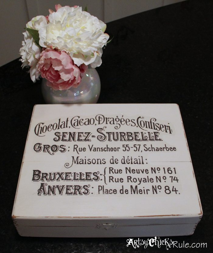 white box with French writing