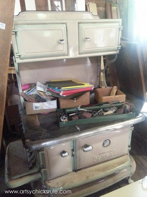 Page's Thieves Market - vintage stove oven - Mt. Pleasant SC - #vintage #antiques artsychicksrule.com