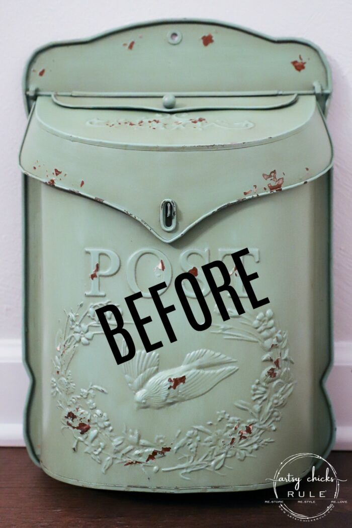 This sweet antique mailbox makes the perfect spot for spring flowers!! Even if it's the wrong color! Just paint it! artsychicksrule.com #antiquemailbox #springflowerideas #springfloralarrangement