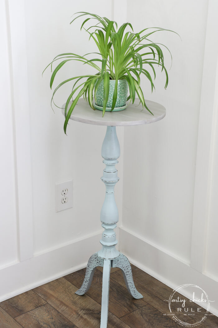 This $10 aqua plant stand got a brand new look in a really simple way! A small change in color with paint makes all the difference. artsychicksrule.com #plantstand #aquapaint